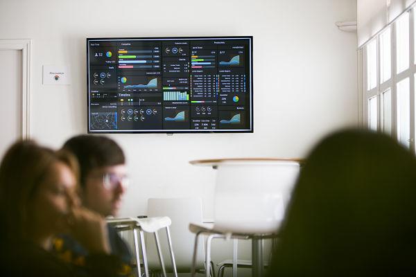 Dashboard de datos en oficina
